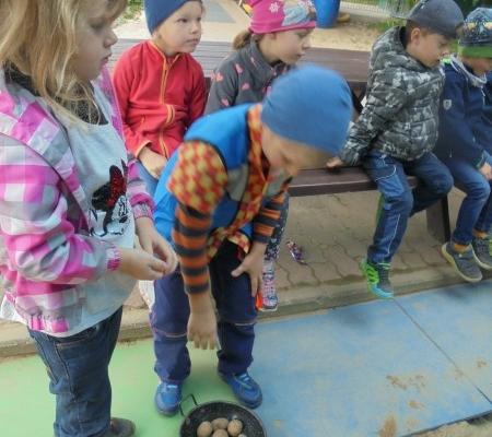 Kinder beim Kartoffelweitwurf