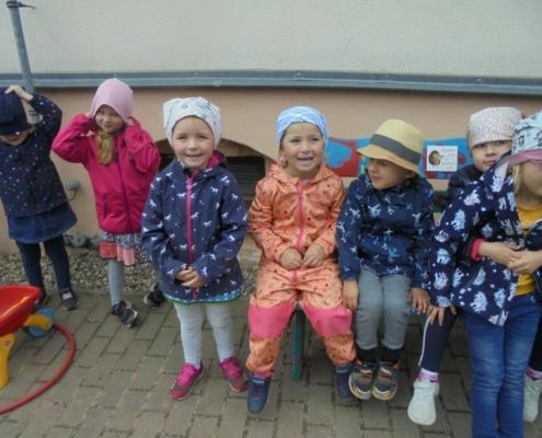 Kinder auf der Bank